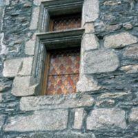 Façades dans le village : fenêtre