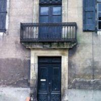 La maison du maître, façade et porte d'entrée