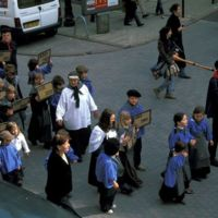 Mazamet, manifestation pour le centenaire (1909-2009) : gros plan sur les enfants déguisés en ouvriers, en tête.