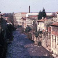 L'Arnette vers l'aval, vue du Pont Central, deux usines rive droite